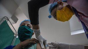 Oficial britanic: Persoanele vaccinate anti-COVID pot răspândi virusul