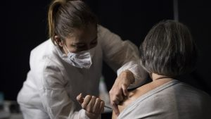 """Comitetul de vaccinare face precizări în cazul decesului femeii din Bacău: """"Nu are legătură cu vaccinarea"""""""