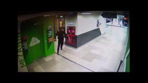 Un bărbat a încercat să violeze o femeie, în toaleta unui mall din Capitală. Individul a fost arestat. VIDEO