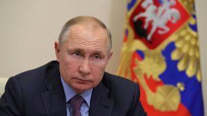 vladimir putin cu steagul rusiei in spate.