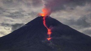 Vulcanul Semeru a început să erupă. Oamenii au fost avertizați să fie vigilenți