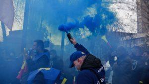 FOTO. Îmbrânceli între polițiști și jandarmi în fața Palatului prezidențial. Agenții au aruncat cu fumigene