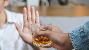 Avertismentul medicilor. Nu este recomandat consumul de alcool înainte sau după vaccinul anti-Covid