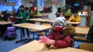 Copiii-într-o-sală-de-clasă-cu-geamurile-deschise