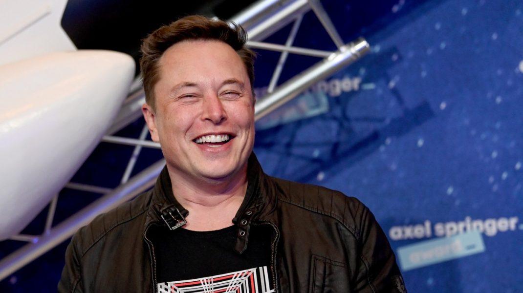 Noul pariu al lui Elon Musk: Tesla zburătoare. Miliardarul vrea să pună propulsoare de rachete pe modelul Roadster