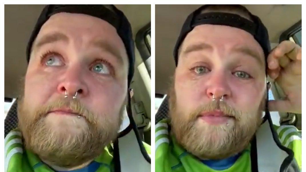 Un bărbat care livrează mâncare roagă clienţii să îi lase bacşiş_ _Sunt la un pas de a fi homeless_. Clipul a devenit viral