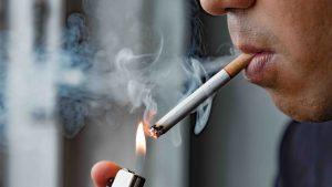 Unii medici nu le recomandă pacienţilor cu Covid să renunţe la fumat