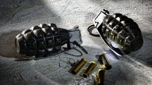 Zeci de grenade, din Primul Război Mondial, descoperite pe malul unui râu