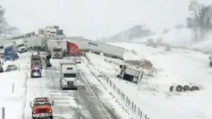 Accident în lanț cu 40 de mașini, din cauza zăpezii. Unde s-a produs carambolul