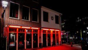 Vitrinele cu lucrătoare sexuale din Amsterdam vor fi mutate din centrul orașului. De ce s-a luat această decizie