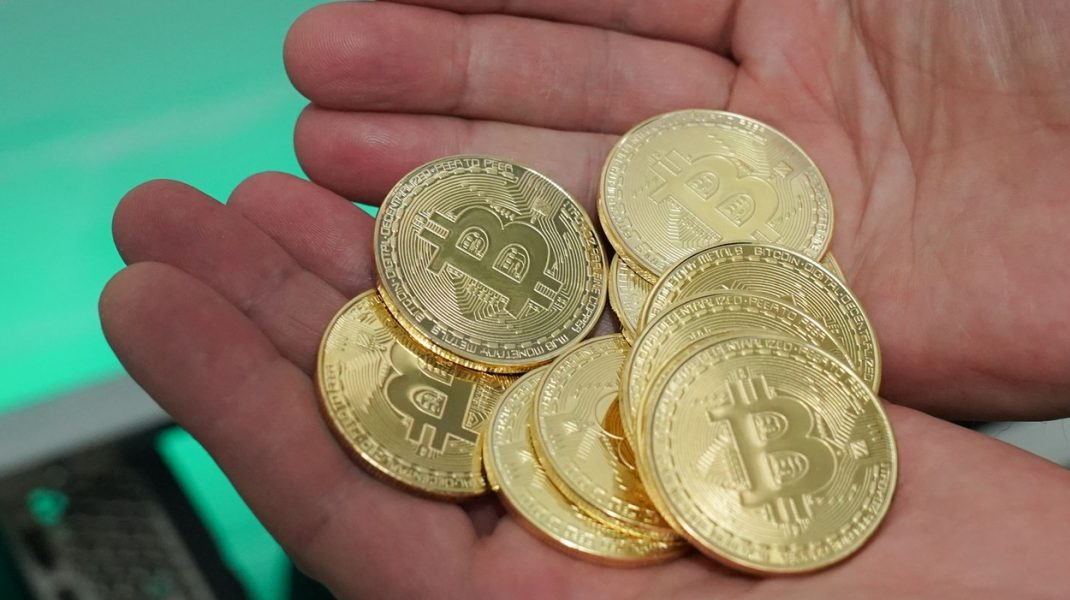 un pumn de monede bitcoin