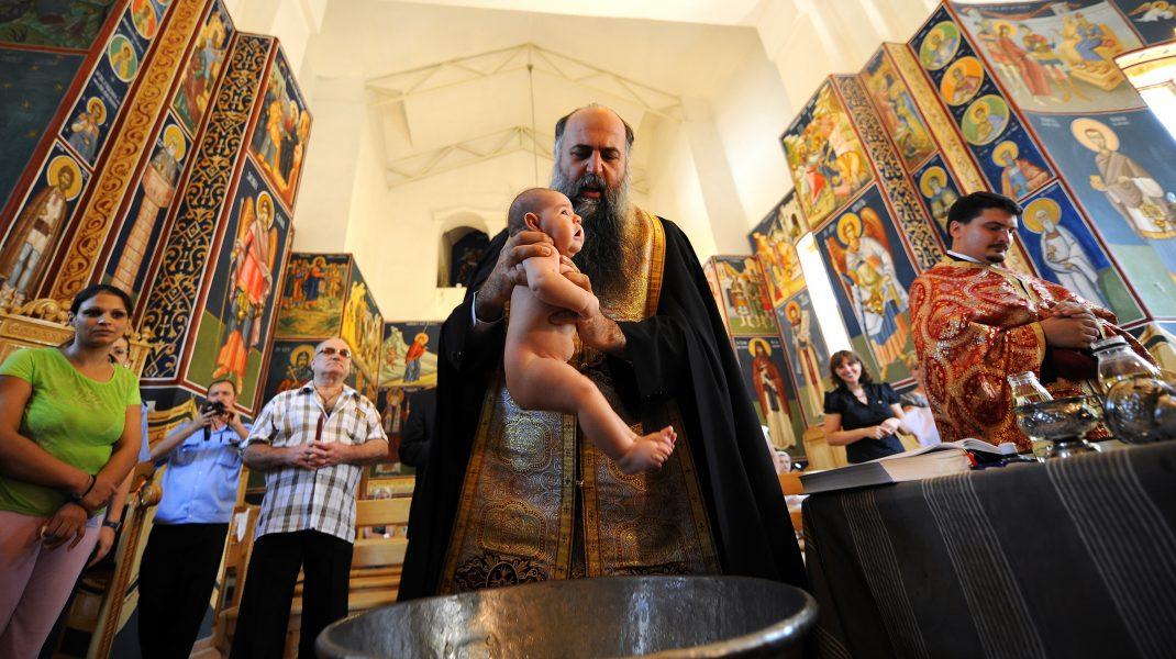 """Arhiepiscopia Sucevei despre cazul bebelușului mort după botez: """"Dumnezeu nu vrea să îl priveze pe prunc de vreuna din binecuvântările Sale"""""""