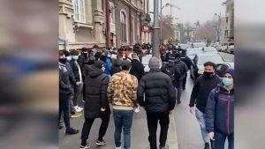 Sute de tineri s-au îngrămădit pentru un burger gratis, în centrul Capitalei. Jandarmii au intevenit. VIDEO