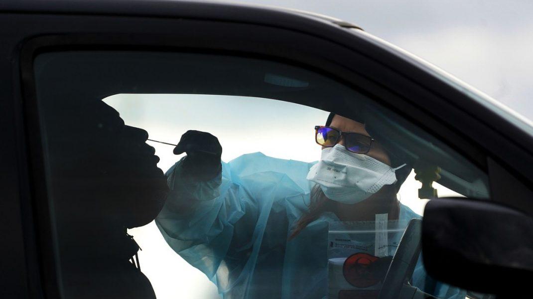 Primele cazuri de pacienți infectați simultan cu două tulpini diferite ale SARS-CoV-2. Ce simptome au avut