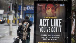 o femeie pe strada in marea britanie in perioada pandemiei.