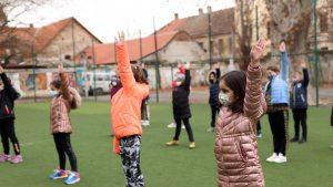 Elevii ar putea scăpa de mască în timpul orelor de sport. Anunțul ministrului Cîmpeanu