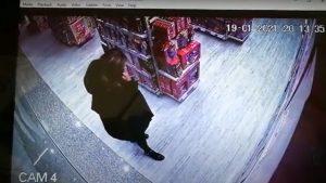 O învățătoare a jucat la păcănele mii de euro de la părinți. În plus, a fost filmată în timp ce fură o păpușă dintr-un magazin. VIDEO
