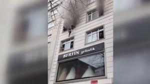 VIDEO. Șase copii au fost aruncați pe geam de părinții lor, pentru a fi salvați de incendiul care le-a cuprins casa