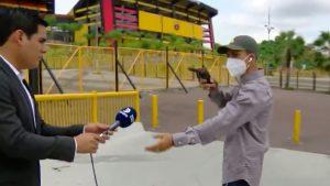 Un reporter TV a fost jefuit în direct. Momentul în care e amenințat cu pistolul. VIDEO