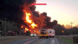 Incendiu de proporţii, după ce un camion s-a ciocnit cu un tren de marfă în Texas