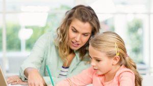 Analiză din UK. Cine stă mai mult și se uită peste umărul copilului când își face temele: mama sau tatăl?