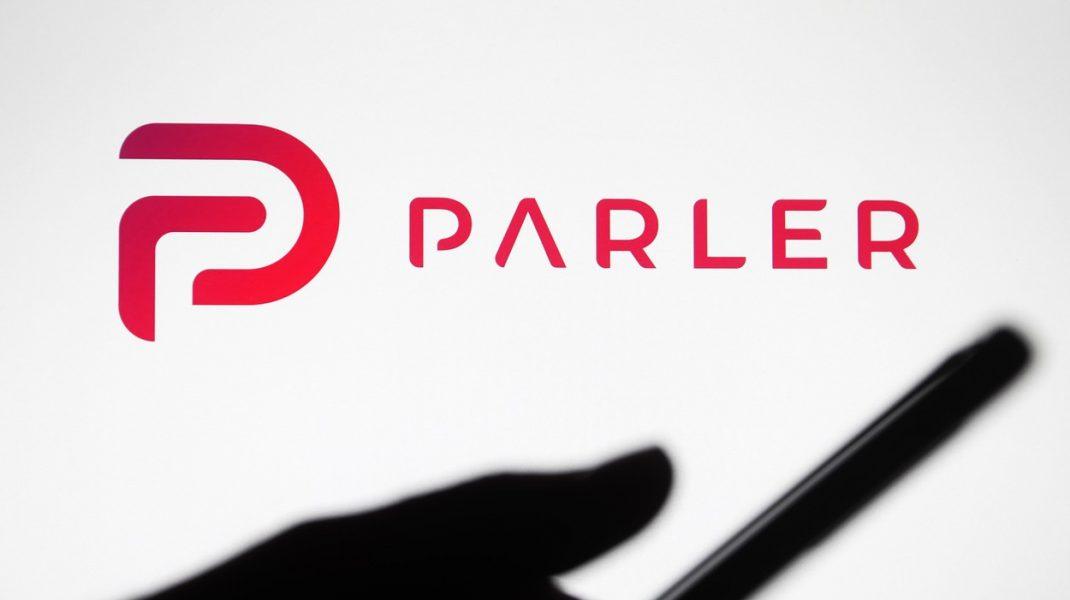 Parler, platformă de social media care practic a dispărut după protestele din Washington, a fost relansată luni, relatează Reuters
