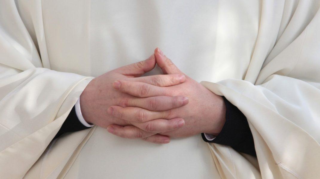 """Preotul din Suceava, anchetat în cazul bebelușului mort, a fost suspendat din funcție. """"Va suporta consecințele dacă este vinovat"""""""