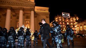 VIDEO. Sute de oameni protestează pe străzile din Moscova, după condamnarea lui Navalnîi. 10 persoane, reținute