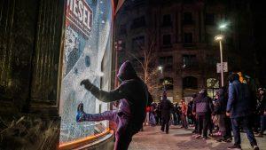 A cincea zi de proteste în Spania. Manifestanții au luat cu asalt mall-uri și bănci