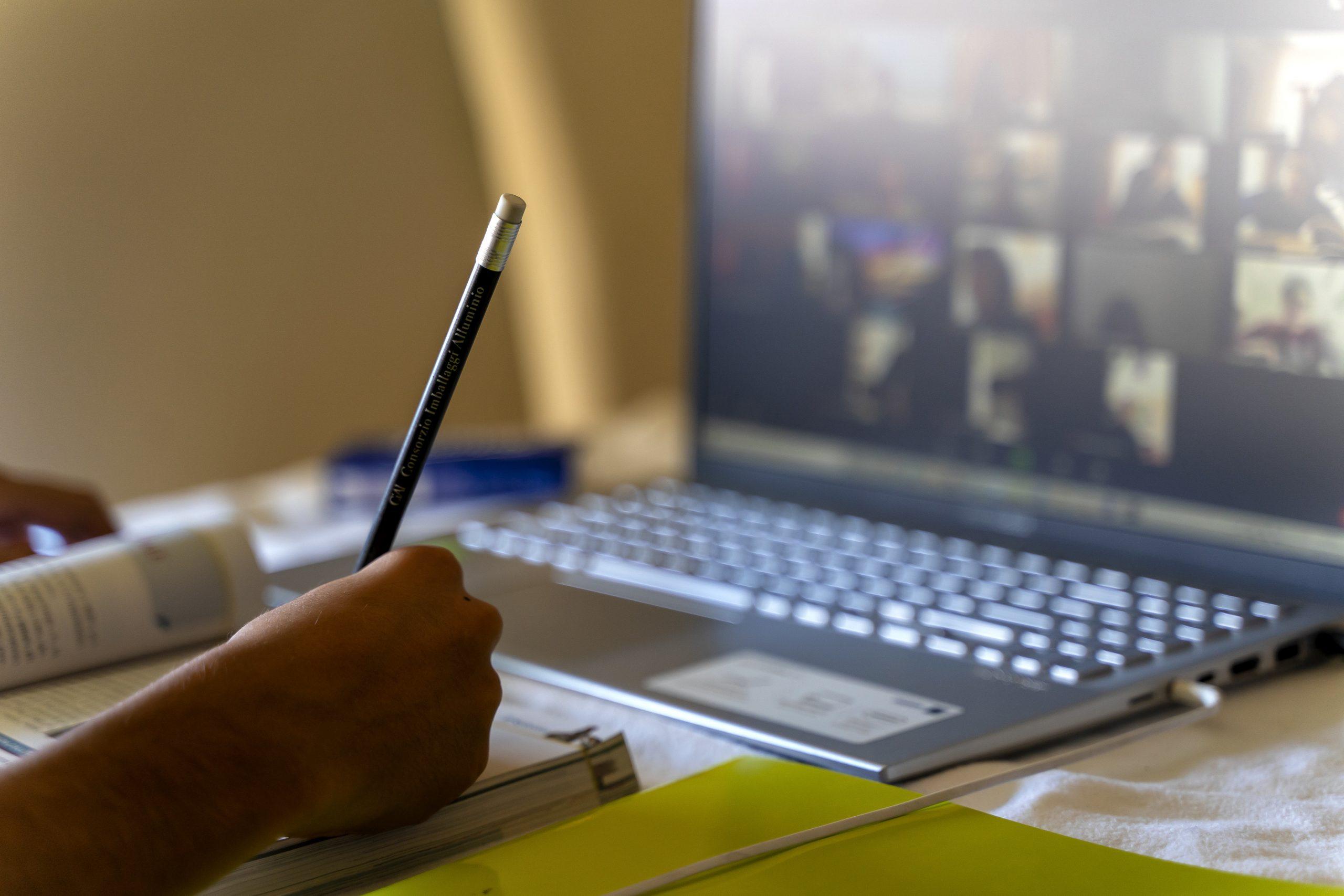 Un profesor din București a apărut în lenjerie intimă în fața elevilor, la un curs online. Reacția ministrului Educației. VIDEO