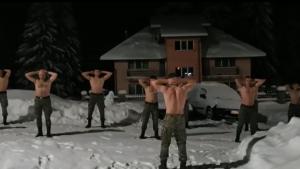 """Soldații români își fac sesiunea de înviorare la bustul gol. Aleargă și fac flotări în zăpadă. """"Asta este sănătate curată"""" VIDEO"""