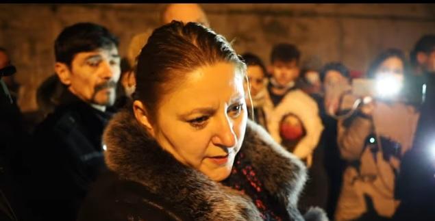 """VIDEO Șoșoacă s-a îmbrățișat cu minerii protestatari din Valea Jiului, fără să poarte mască: """"Pandemia a luat sfârșit"""""""