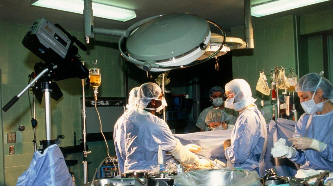 O femeie din SUA a murit după ce a primit plămâni infectați cu coronavirus, în urma unui transplant