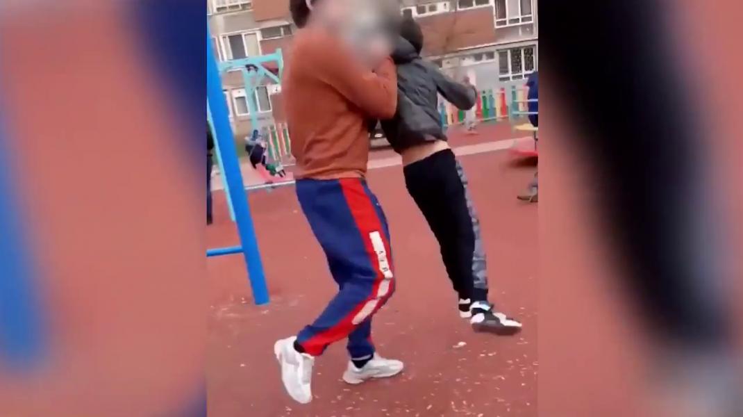 VIDEO Copil, bătut de un bărbat, într-un parc din Hunedoara. Victima a ajuns la spital