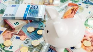 Românii preferă dobânzile băncilor, în locul investițiilor. Aproape 50.000 de români au peste 100.000 euro în conturi