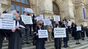 """Zeci de avocați protestează în fața Palatului de Justiție. Ei cer dreptate în cazul colegului lor, Robert Roşu, condamnat în dosarul """"Ferma Băneasa"""""""