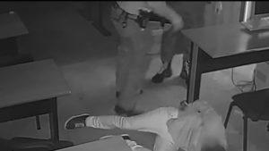 7 polițiști, filmați în timp ce bat și strangulează un bărbat încătușat. Imaginile șocante din Secția 16. VIDEO