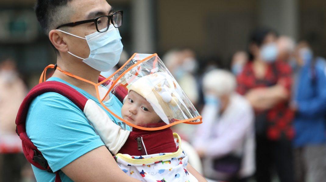 Legarea de pat a bebelușilor aflați în izolare, aprobată în Hong Kong. Practica, intens criticată din cauza consecințelor psihologice