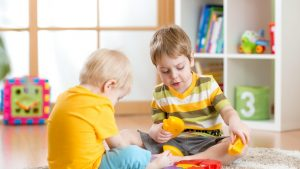 Zilnic folosești obiecte care conțin substanțe nocive pentru cei mici. Cum poți reduce expunerea copiilor la astfel de produse