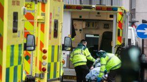 un pacient cu covid este urat intr-o ambulanta, in marea britanie.