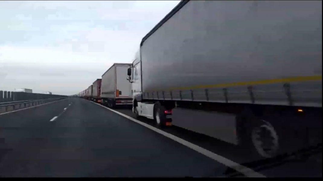 Cozi interminabile de TIR-uri la ieșirea din România spre Ungaria. Șoferii așteptă și opt ore să iasă din țară. VIDEO