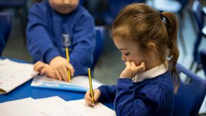 Marea Britanie reia cursurile fizice. Soluția britanicilor pentru a ține școlile deschise fără să le transforme în focare