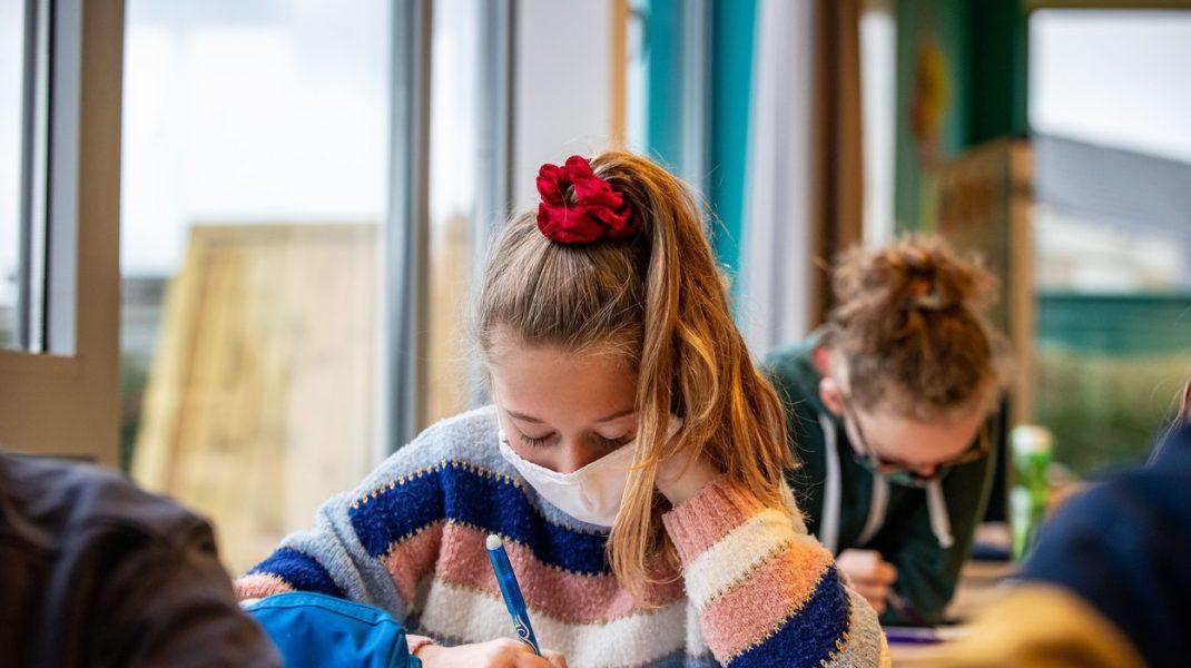 o eleva cu masca pe fata la scoala.