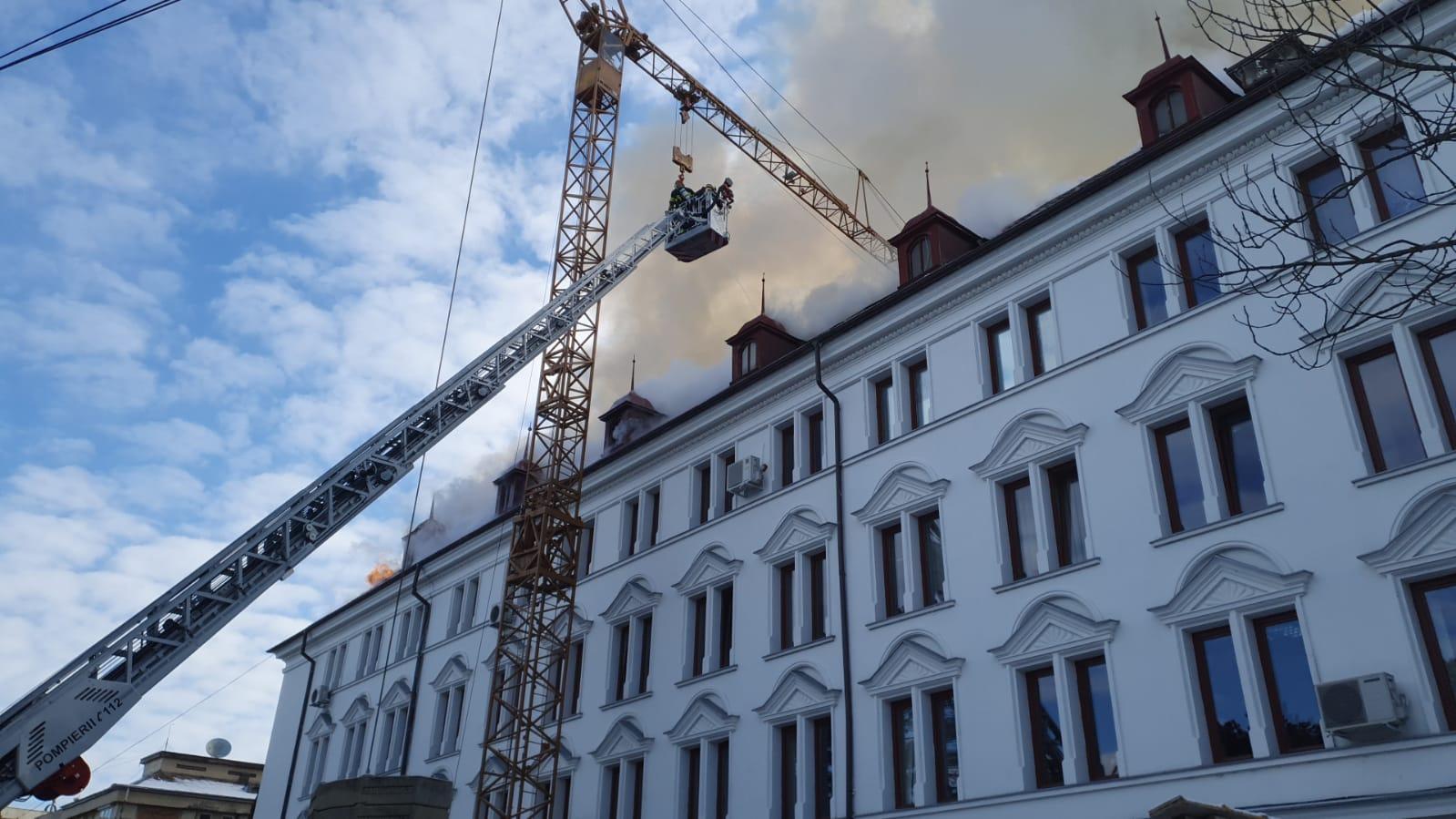 LIVE UPDATE. Incendiu violent la Prefectura din Suceava. Focul s-a extins și a ajuns la etajul III. VIDEO