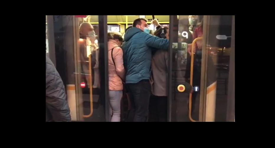 VIDEO. Bucureștenii s-au călcat în picioare în tramvaie, în urma blocării circulației de la metrou. Șoferii nu au putut închide ușile din cauza aglomerației