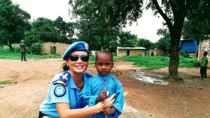 Un copil de 5 ani din Africa a refuzat banii oferiți pentru mâncare de o femeie jandarm din România. Ce a cerut în schimb