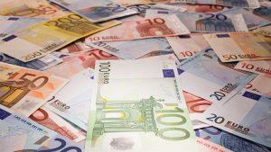 Euro încheie martie cu un nou maxim istoric, al 11-lea din lună