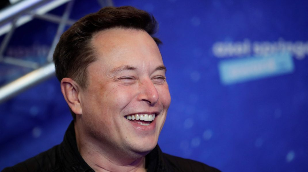 Elon Musk râde.