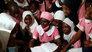 """""""Nu e niciodată prea târziu să înveți"""". Lecția de viață a unei femei din Nigeria care, la 50 de ani, s-a înscris la școală"""