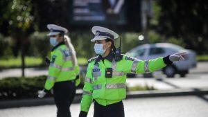 Polițistă care dirijează circulația.